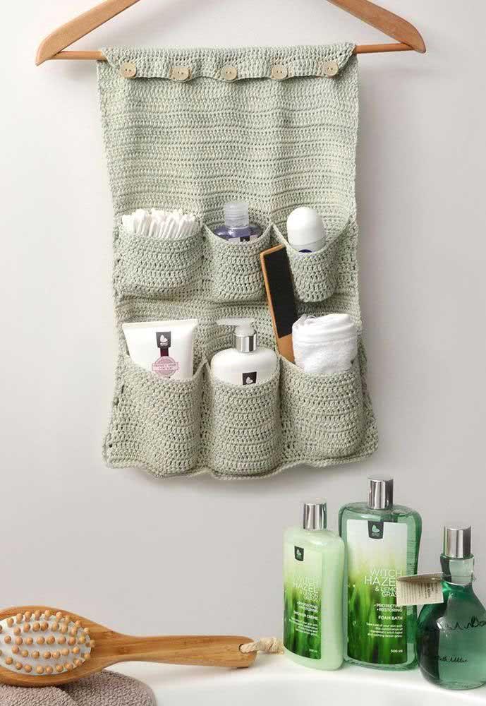 E que tal um suporte de crochê para os seus itens de beleza e higiene?