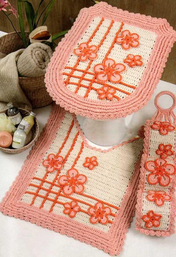 Jogo de banheiro de crochê em três tons: cru, laranja e rosa