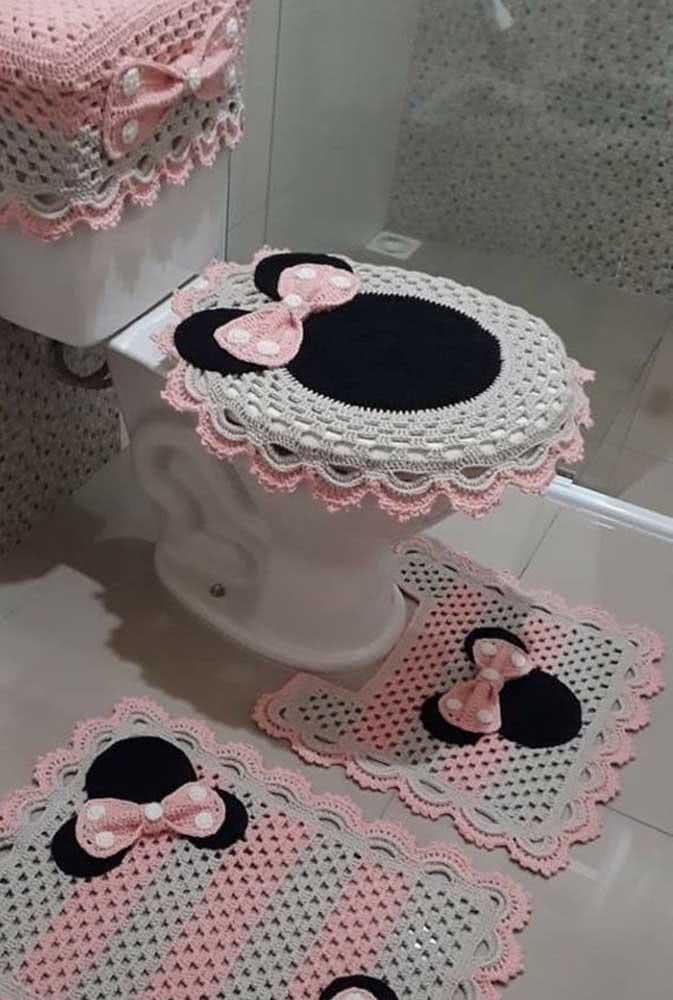 E se a ideia for descontrair, o jogo de banheiro de barbante da Minnie é a escolha perfeita