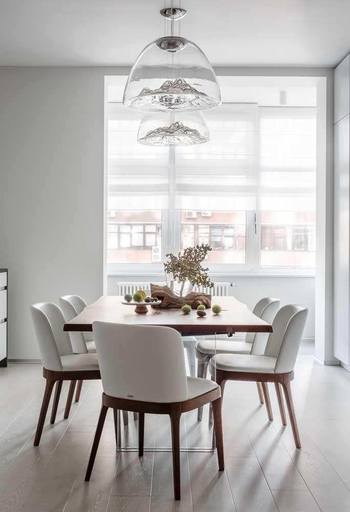 A transparência revela a arte desses lustres modernos na sala de jantar