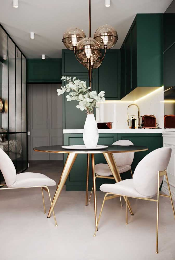 Lustre moderno combinando com os detalhes da decoração. Repare na harmonia dos tons metálicos