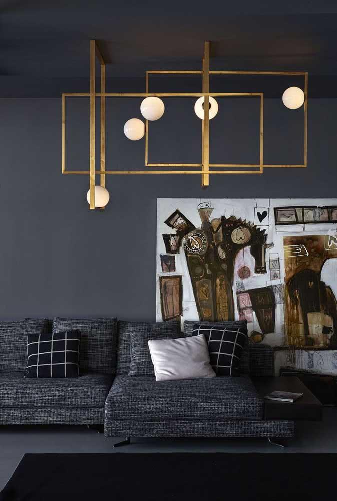 Lustre moderno dourado com molduras. Um modelo perfeito para quem está em busca de algo que vai além da iluminação