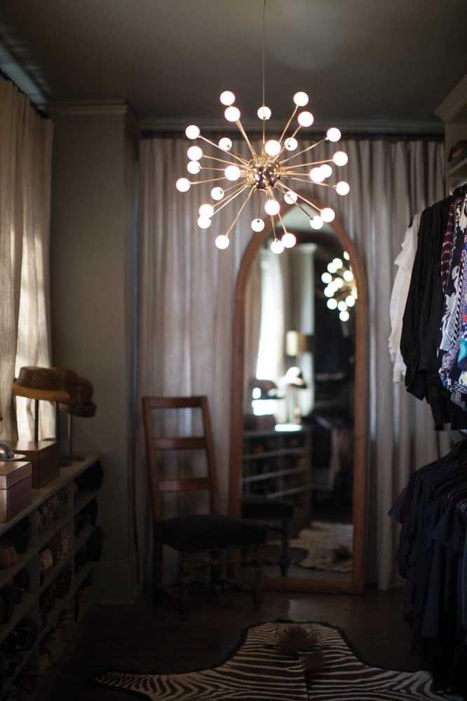 Que tal encher o closet de brilho com um lustre Sputnik?