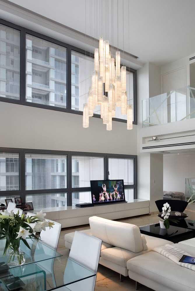 Um lustre pendente de vidro para iluminar e abrilhantar os ambientes integrados