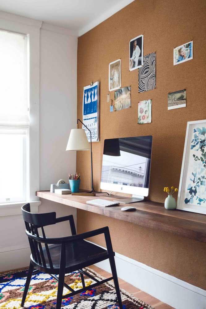 Nesse home office, o tapete é quem traz toda a influência boho