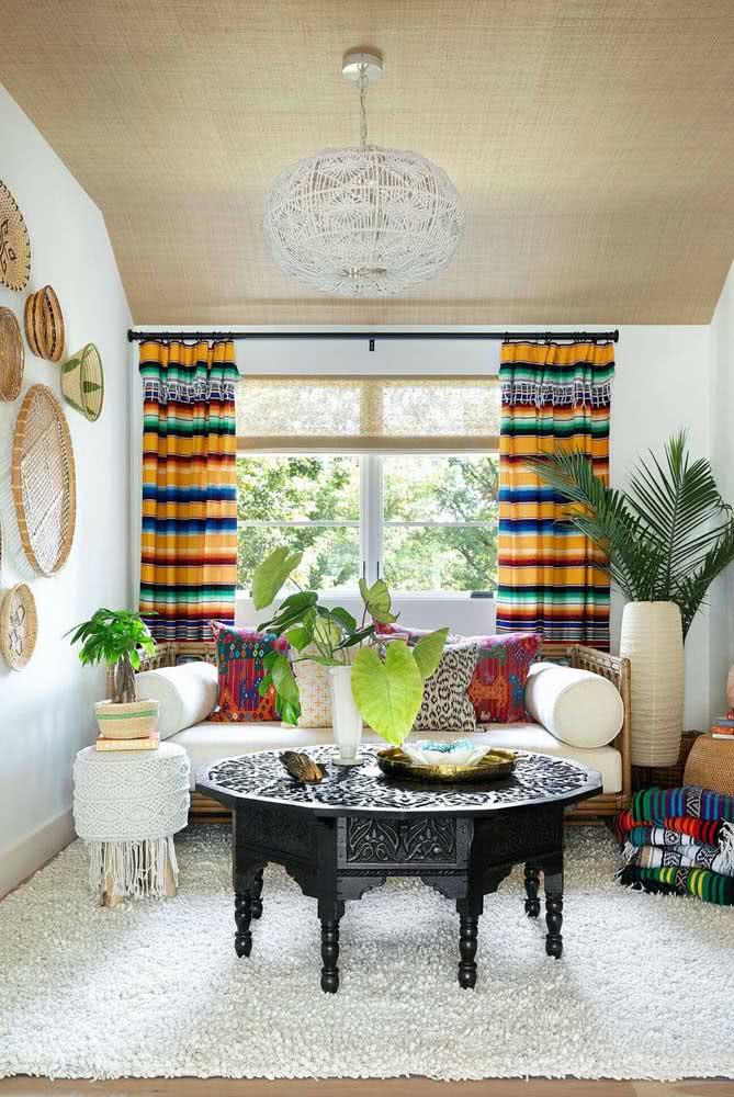 Móveis de estilo indiano e enfeites de palha na parede