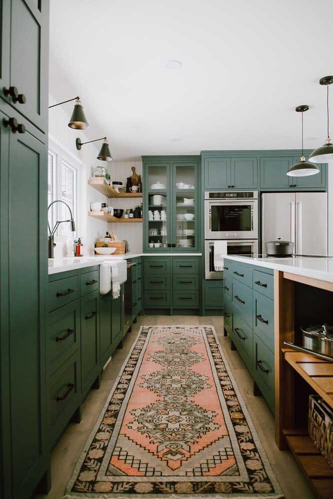 Decoração boho na cozinha com marcenaria clássica e tapete étnico