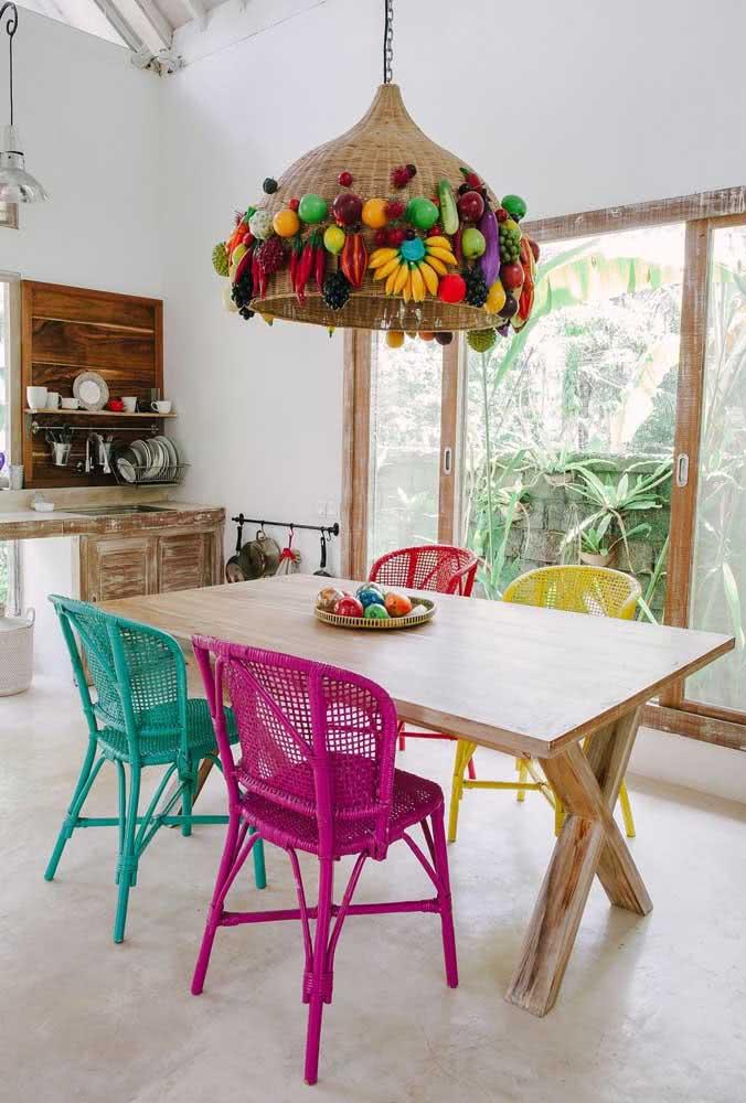 Sala de jantar boho multicolorida