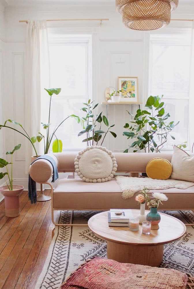 Sala boho com plantas tem que ter luz também