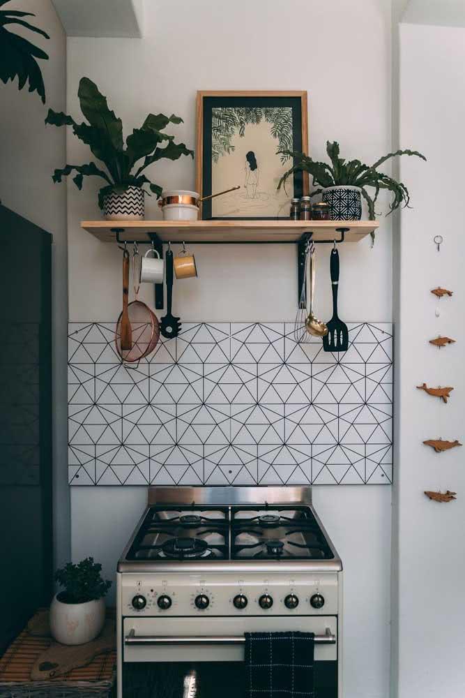 Uma cozinha boho simples resolvida em apenas uma prateleira