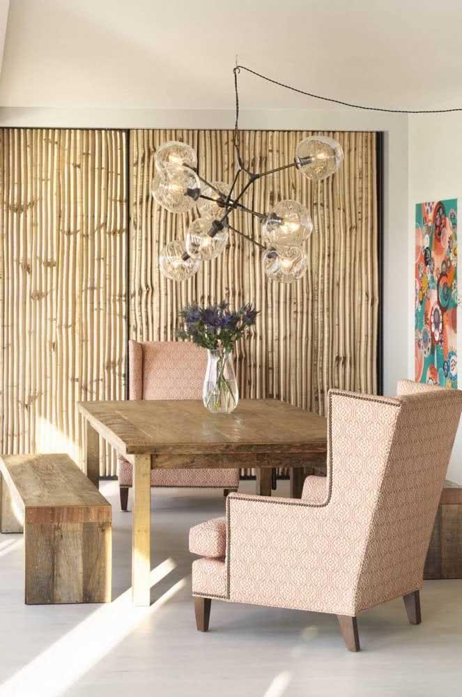Sala de jantar boho com toque moderno do lustre