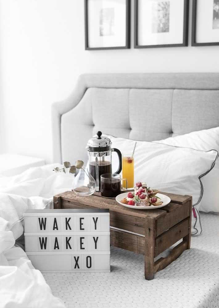 Não tem bandeja para o café da manhã na cama? Improvise uma com caixote de madeira!