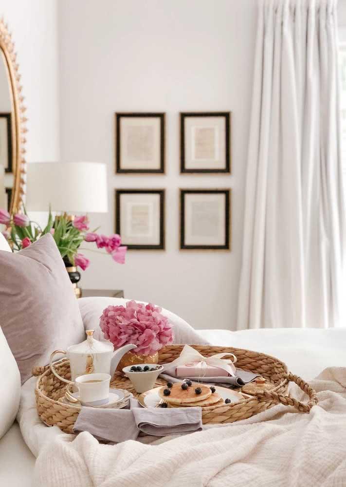 Bandeja rústica de café da manhã na cama