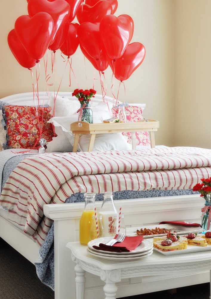 Café da manhã na cama para namorado: balões de coração completam a surpresa romântica