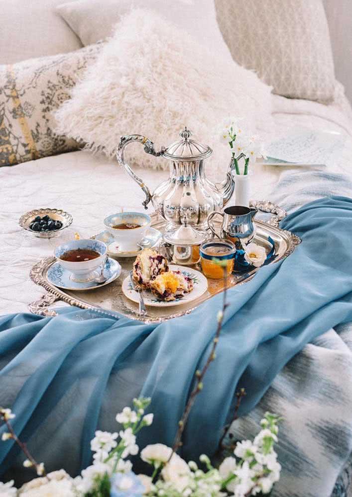 Café da manhã na cama de luxo com bandeja e bule de prata