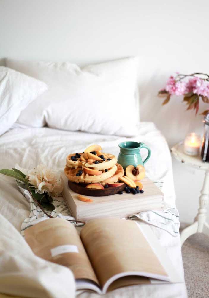 Café da manhã na cama acompanhado de um bom livro