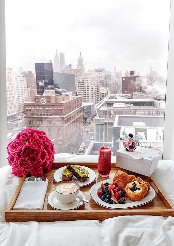 E para ficar ainda melhor uma bela vista da janela para acompanhar o café da manhã na cama