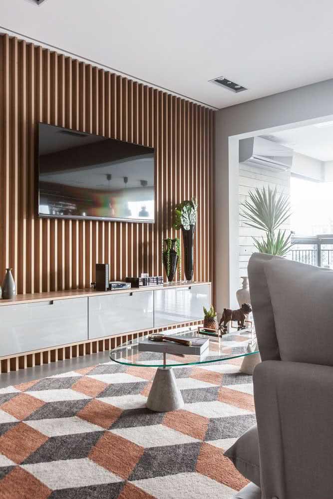 Painel ripado de madeira para TV. Elegância atemporal na sala de estar