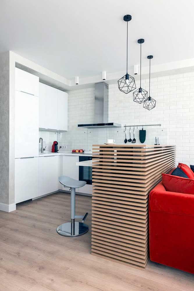 Balcão ripado de madeira para fazer a integração entre a sala e a cozinha