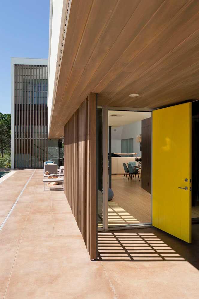 Para áreas externas utilize painéis feitos com madeira maciça, como a imbuia, por exemplo