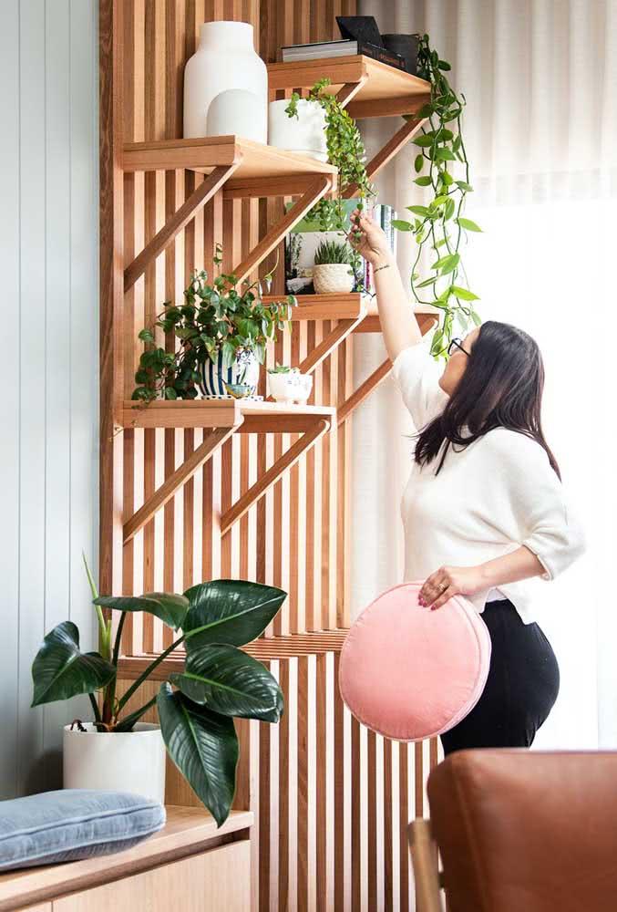 Já pensou em um painel ripado para suas plantinhas? Ele pode virar um jardim vertical