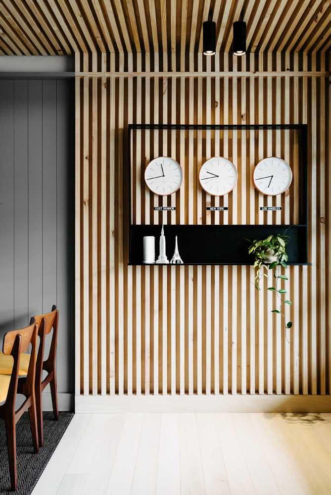 Painel ripado de pinus: uma opção barata de madeira