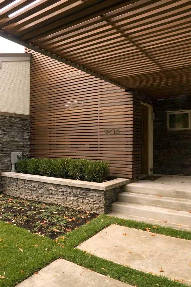 Parede de fachada e pergolado feito com painel ripado
