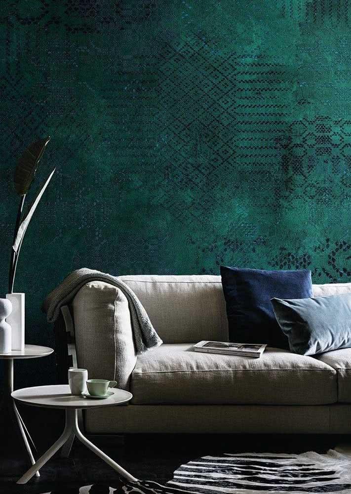 Uma parede de sala cheia de personalidade e cor.