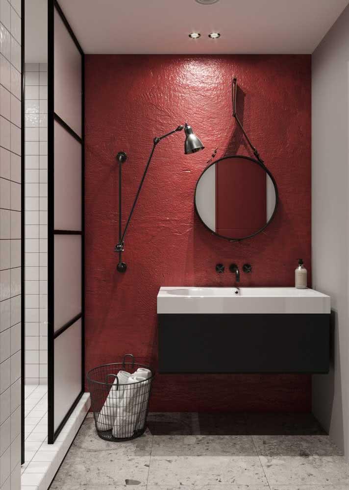 Parede do banheiro vermelha com texturas que trazem personalidade ao ambiente.