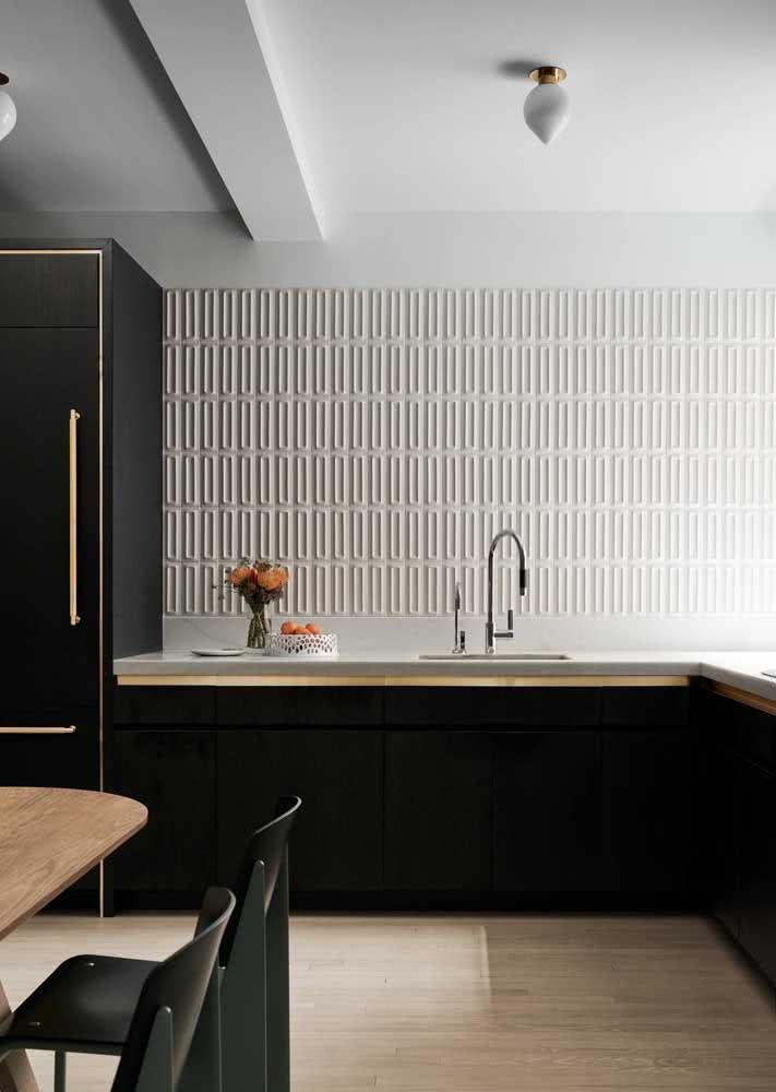 Nesta cozinha a parede com textura branca foi a escolha para trazer identidade ao ambiente.