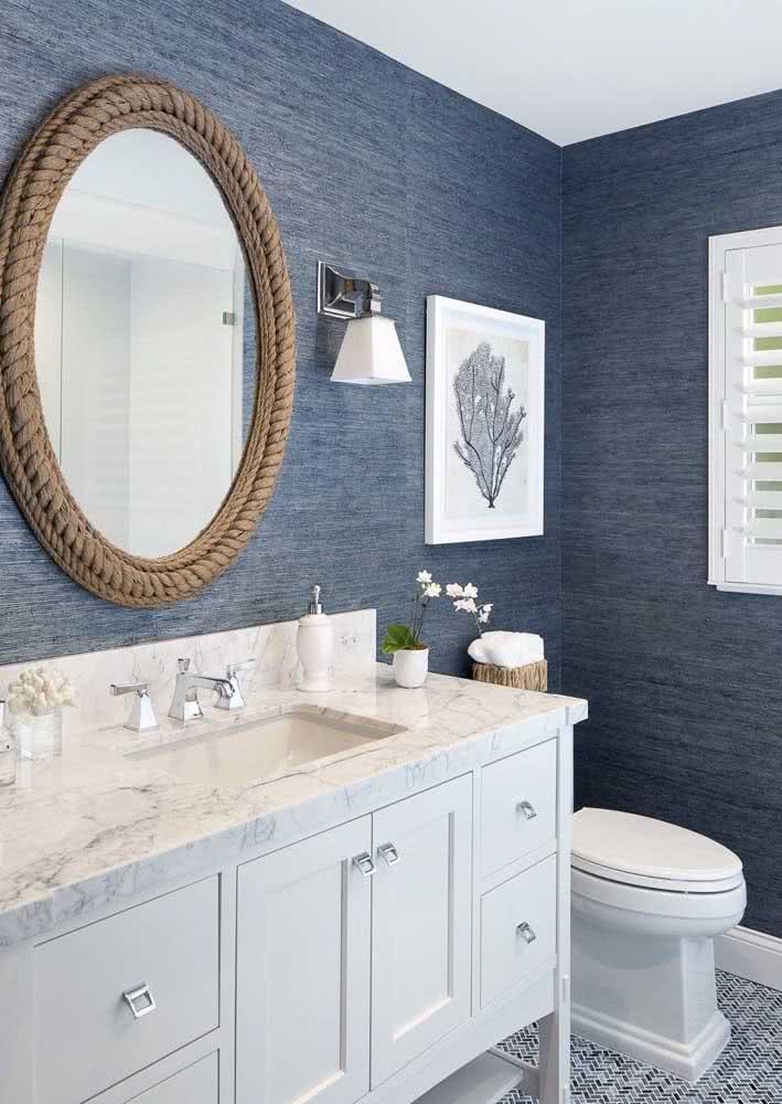 Parede com textura no banheiro para trazer mais aconchego ao ambiente.