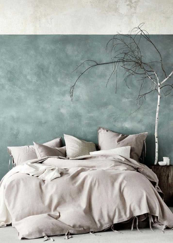 Quarto de casal simples com textura na parede em duas cores.