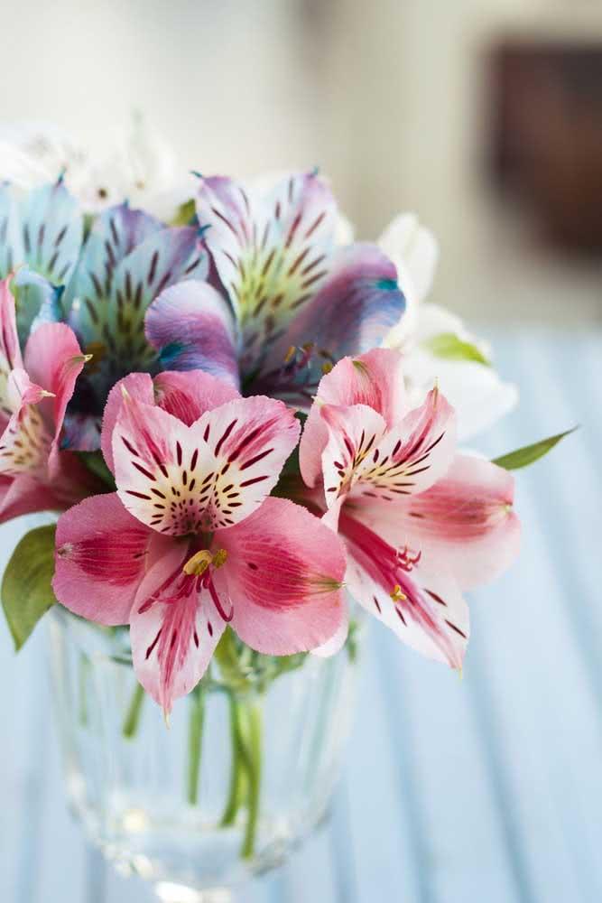 Arranjo simples de Astromélias rosas e lilás. Dá para fazer improvisando um pote reciclável