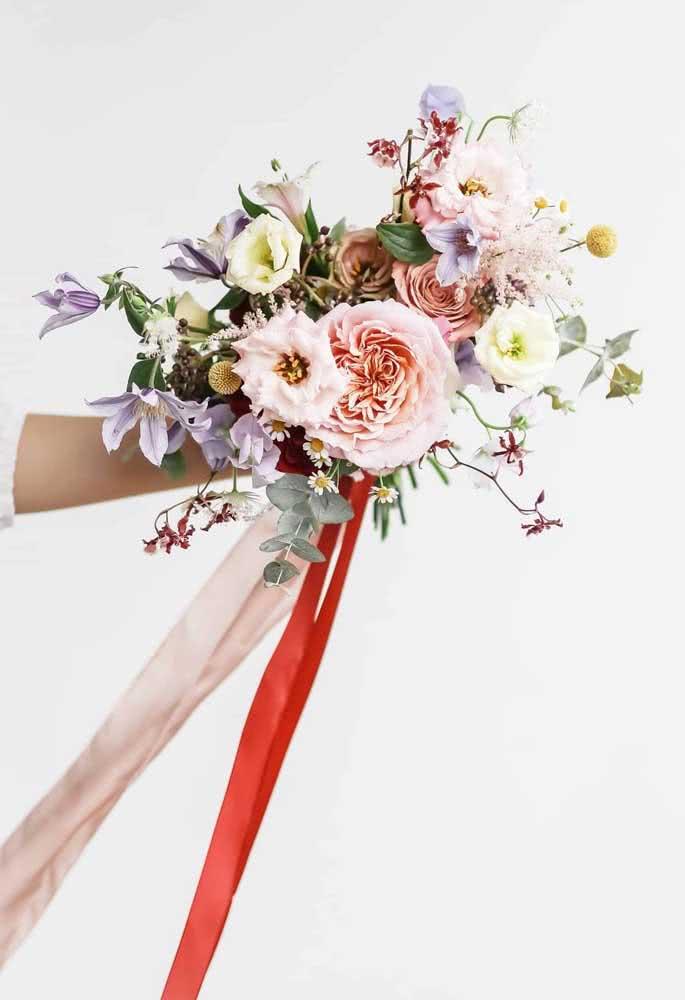 Buquê de noiva de Astromélias e peônias: alegre e romântico