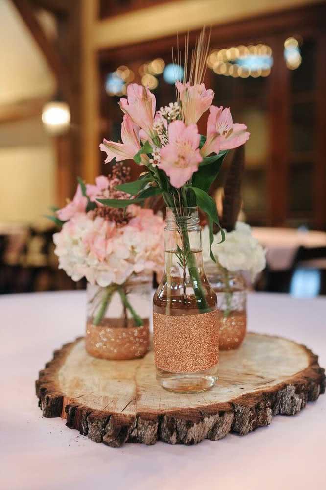 Astromélias para decoração da festa. Use potes de vidro e juta para garantir um ar rústico ao enfeite
