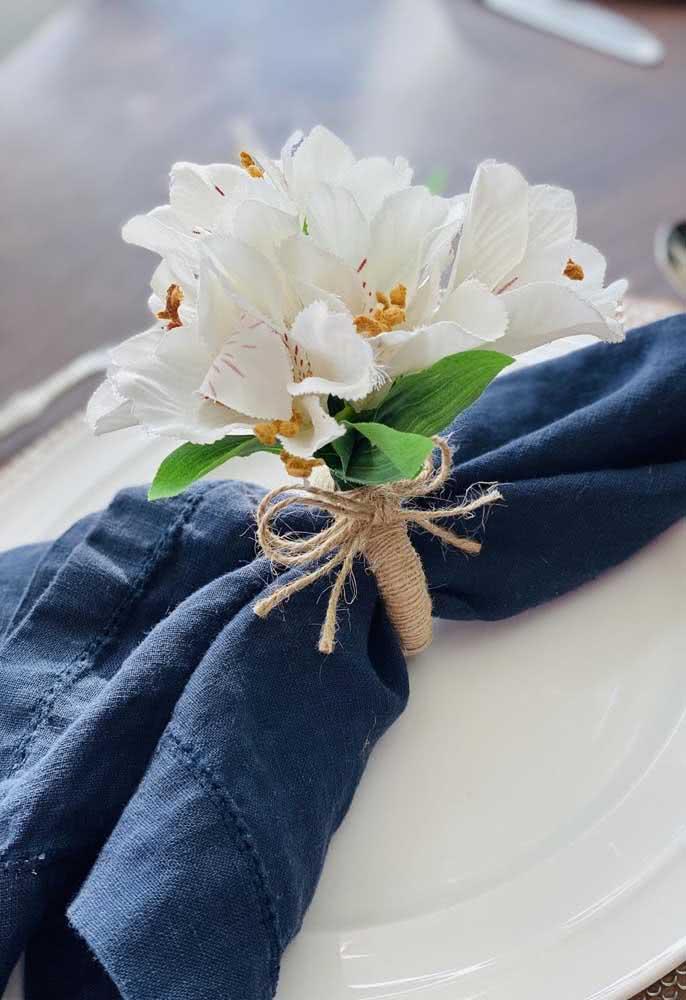 Olha que ideia chiquérrima para uma festa: anel de guardanapo decorado com astromélias brancas