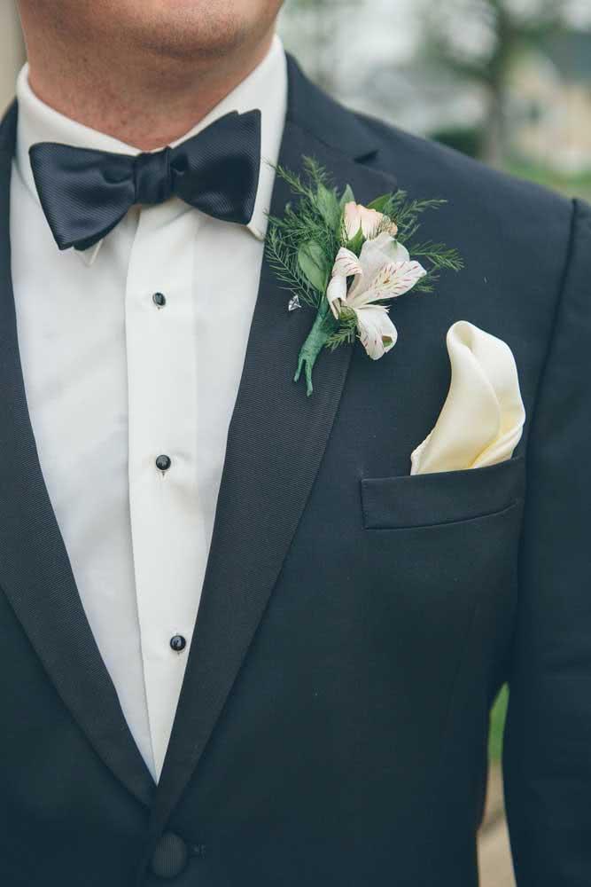 Astromélia na lapela do noivo, provavelmente combinando com o buquê da noiva