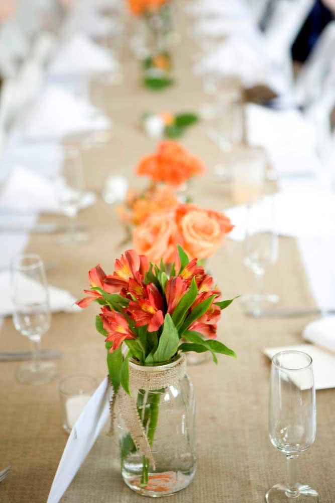 Astromélias vermelhas para a decoração da mesa posta
