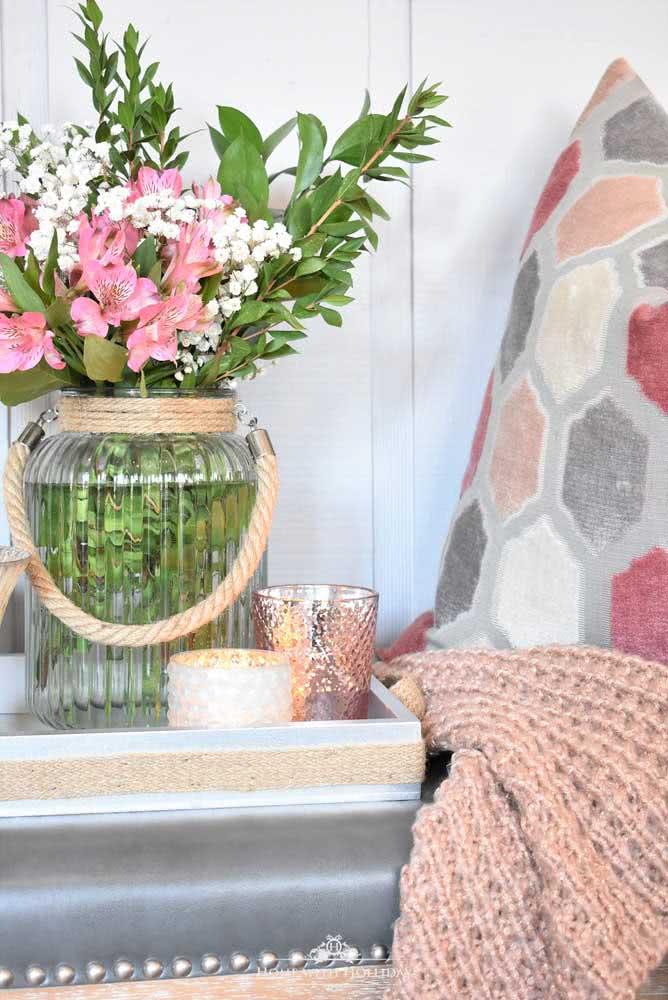 Arranjo delicado de astromélias rosas para decorar a beirada da cama