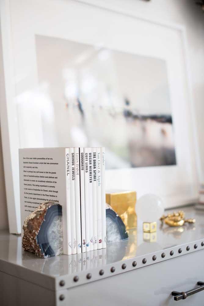 Aparador de livros com pedras de ágata. Um dos mais bonitos e caros também!