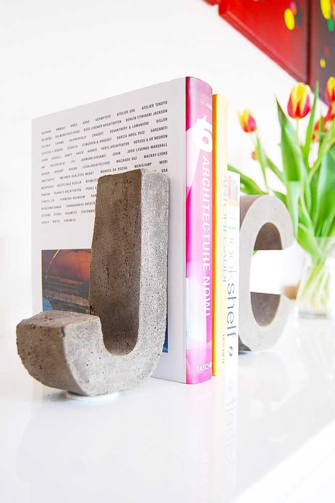E o que acha de um aparador de livros de concreto? Esse traz a inicial dos nomes de quem mora na casa