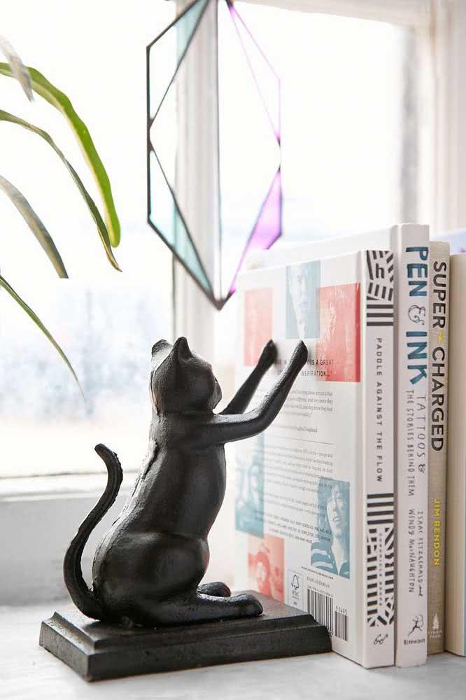 Mas se preferir, pode apostar em um aparador de livros de gato