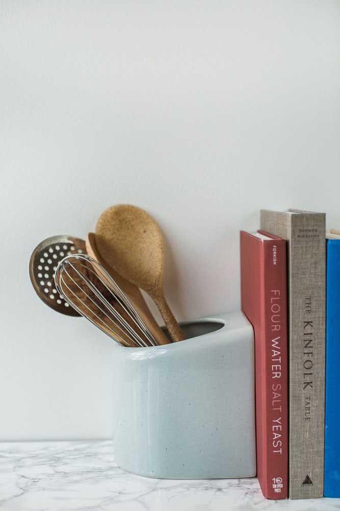 O porta talher da cozinha pode virar um aparador para os livros de receita. Isso que é multifuncionalidade