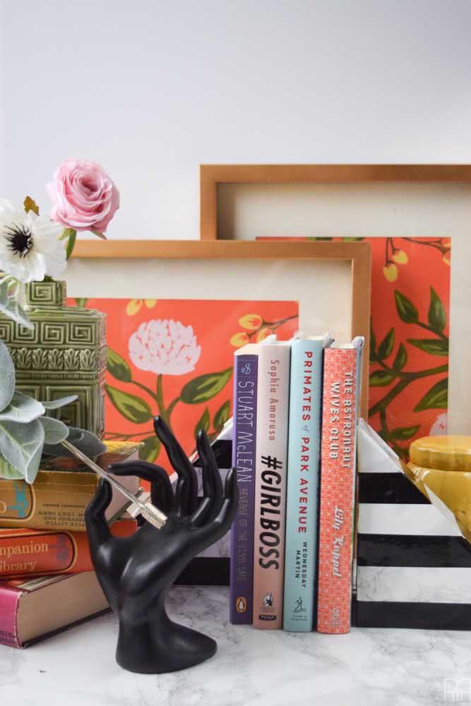 Aparador de livros em formato de pirâmide. Um modelo simples que você pode fazer em casa