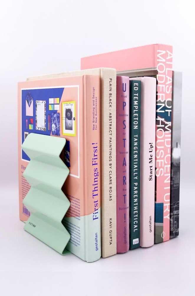 Aparador de livros de metal com formato diferenciado