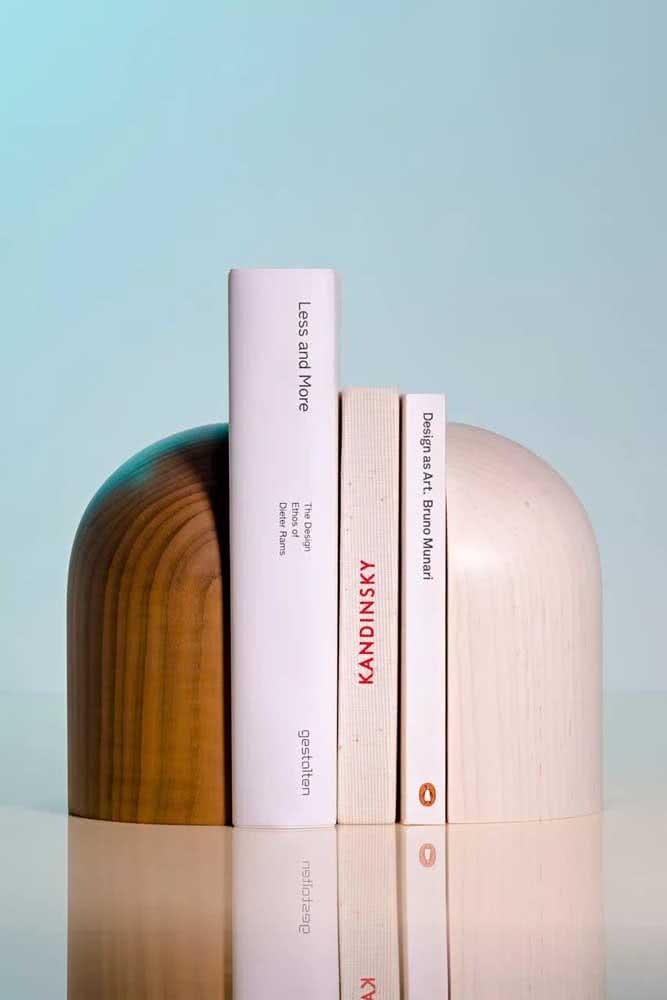 Aparador de livros em madeira com acabamento fino e elegante