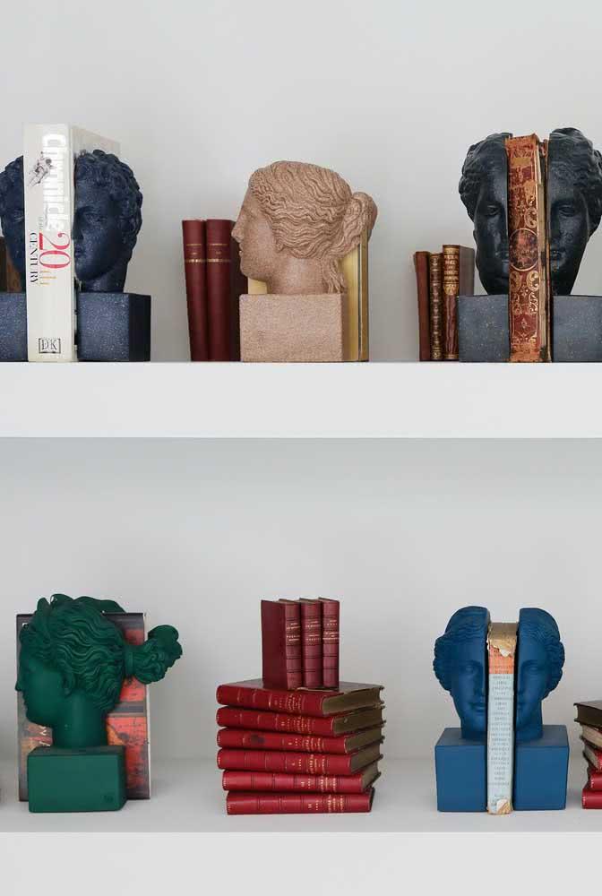 Estatuetas clássicas para dar conta de todos os livros da estante