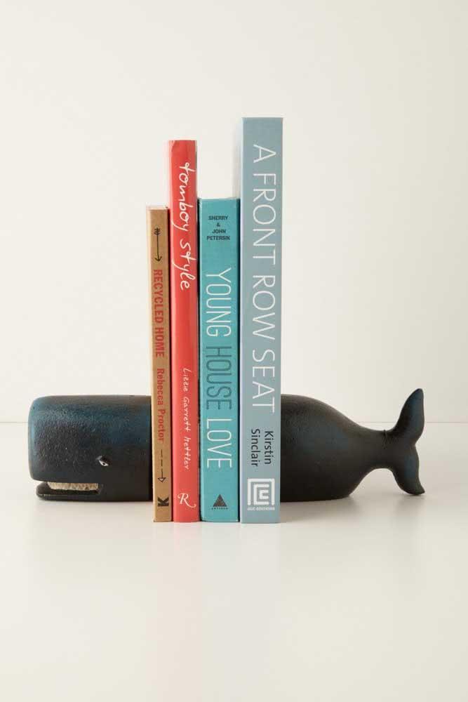 A baleinha sorridente traz o toque de bom humor para o aparador de livros