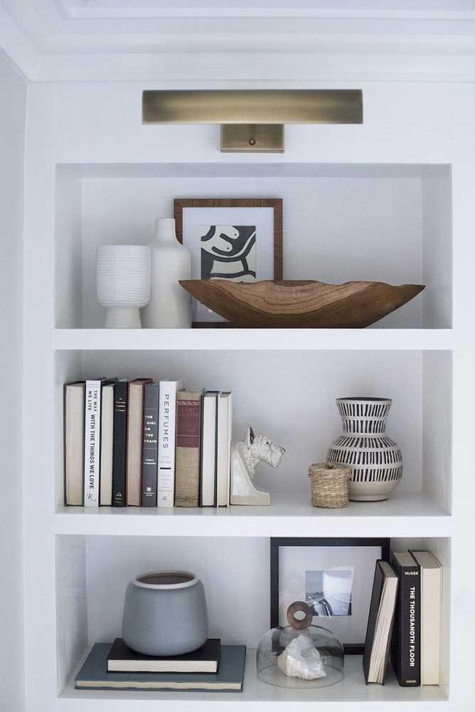 Alguns modelos de aparador de livros trazem apenas uma peça. Nesse caso, a outra ponta da pilha deve ser apoiada no móvel