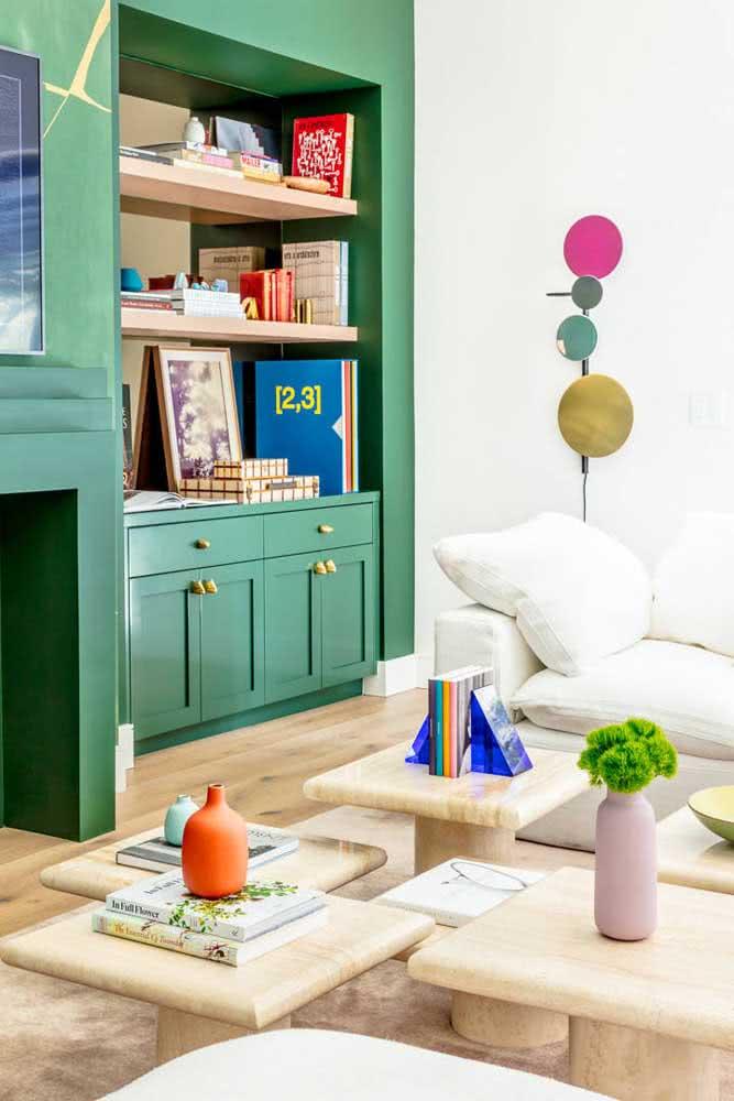 Aparador de livros em acrílico azul: um pouco de cor e transparência na decoração da sala